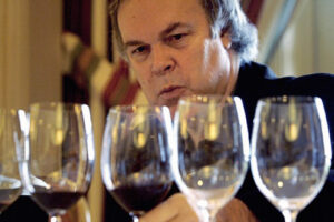 robert parker headshot wine glasses 300x200 Robert Parker Clues for 2010 Bordeaux, d'Issan Monbousquet Sell Stakes