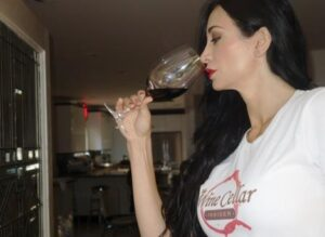 Smelling Wine 300x219 Learn How to Taste Wine, Enjoy Wine, Evaluate Wine like Professional Tasters